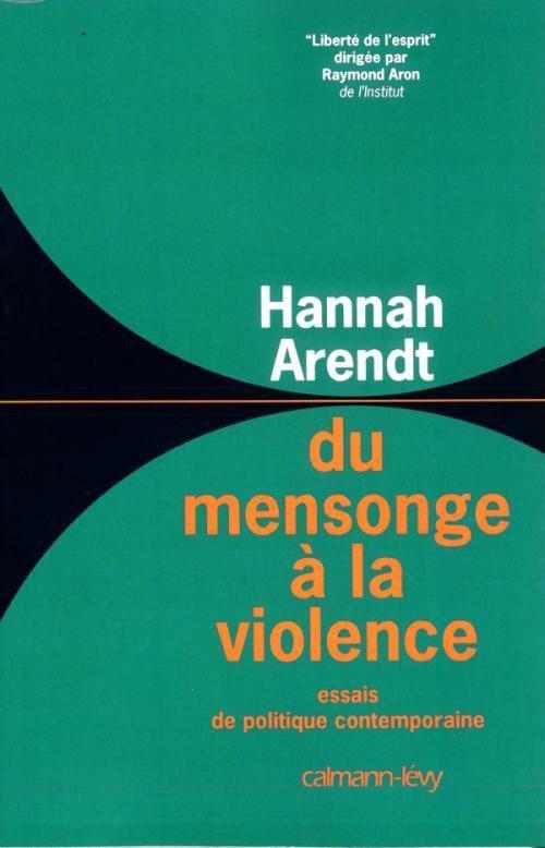Hannah Arendt est l'un des grands penseurs politiques de notre temps. On trouvera dans ce livre quatre essais qui sont autant de méditations sur la politique et la condition de l'homme dans le monde contemporain.    Dans le premier, Du mensonge en politique, Hannah Arendt tire la leçon des documents du Pentagone, révélés en 1971 par la presse américaine. Allant à l'essentiel, elle examine sans pitié l'accumulation de mensonges officiels, d'obstination dans l'erreur, voire de naïveté qui a conduit les États-Unis à l'échec au Vietnam. Documents à l'appui, elle reconstitue les mécanismes psychologiques dont les responsables politiques ont été les inventeurs et les victimes. En politique aussi, l'illusion a des limites, et les « réalistes » n'ont pas été les derniers à la cultiver.    La Désobéissance civile contient une réflexion originale sur la question : au nom de quoi et jusqu'à quel point peut-on désobéir à l'autorité établie ? De Socrate à Thoreau, de Gandhi à Martin Luther King, sans oublier les objecteurs de conscience, de multiples exemples illustrent la nécessité et l'efficacité de ce qui peut être plus qu'une contestation : un témoignage et une action politique.    Sur la violence – celle-ci considérée en tant que phénomène politique distinct du pouvoir et de la force brute – constitue le troisième essai. Ses doctrinaires, de Sorel à Fanon et à leurs épigones contemporains, sont analysés notamment au travers des mouvements étudiants, avec une lucidité qui n'exclut pas la compréhension.    Politique et Révolution contient des réflexions sur les systèmes politiques en Amérique et en Europe. Quel système peut assurer la plénitude de l'homme et du citoyen ?