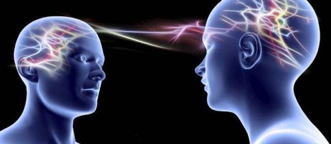 Les chercheurs s'intéressent à une possible communication cerveau à cerveau via les nouvelles technologies. © PASIEKA / APA / Science Photo Library