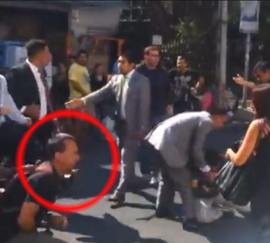 En la foto se puede ver el mometo justo cuando uno de los seguidores de Javier Soto es golpeado con una fuerte patada en el rostro, por uno de los matones de jotabeche.