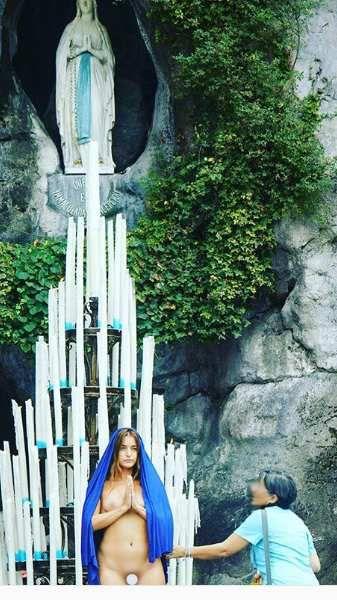 Coutumière des performances choc, qui lui ont valu de comparaître devant la justice à plusieurs reprises, comme en septembre dernier, lorsqu'elle était apparue dénudée, déguisée en vierge Marie au sanctuaire de Lourdes.