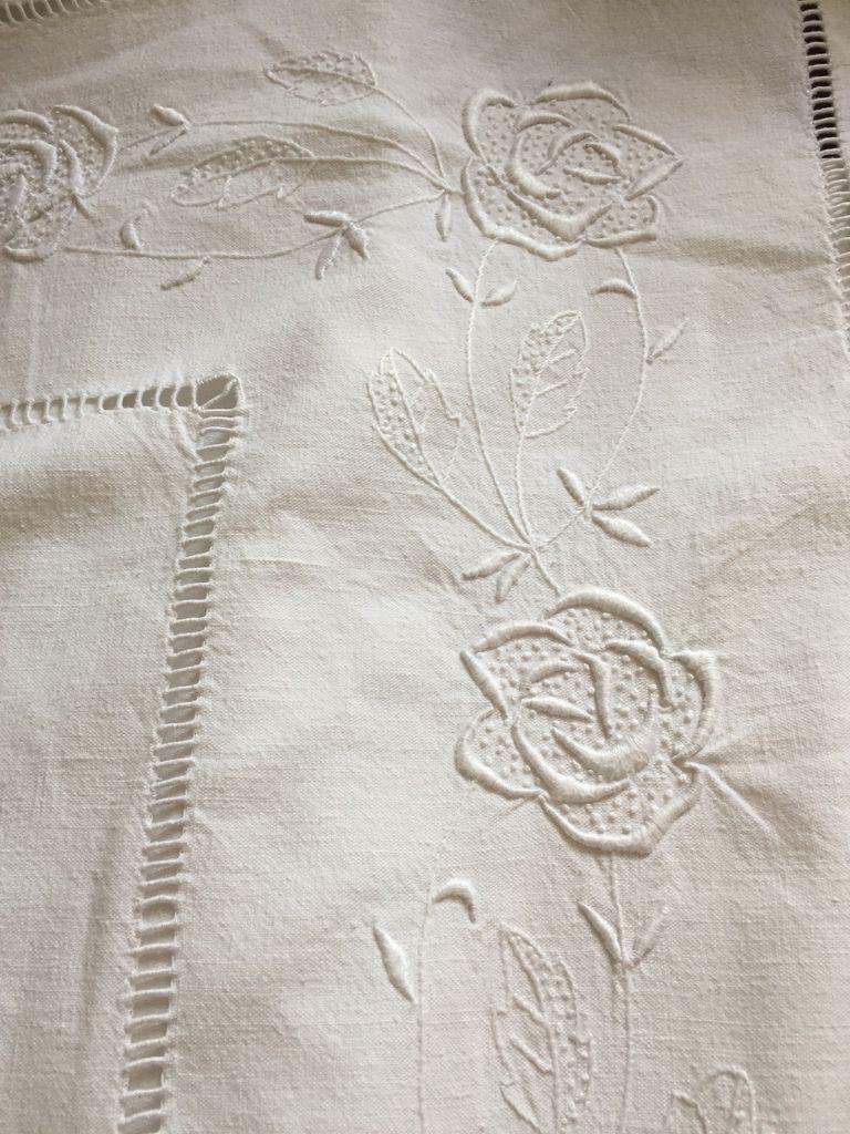 vieux drap brode en rideau d ornement