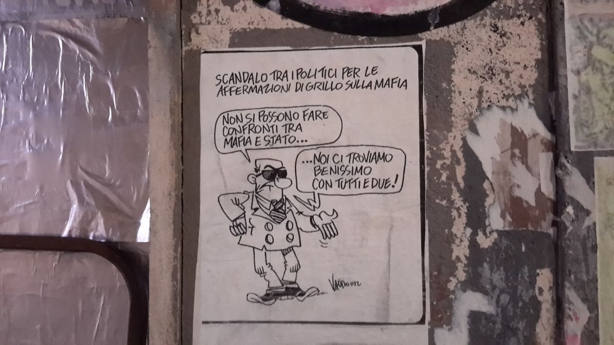 Scandale chez les politiques après l'affirmation de Grillo sur la mafia. (On ne peut comparer/opposer mafia et État....) ( Nous, nous nous trouvons très bien avec les deux! )