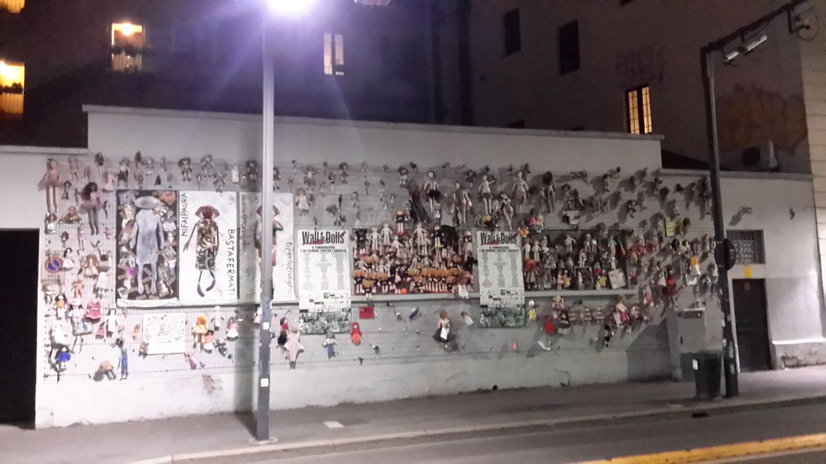 Mur de poupées dans le cadre de la lutte contre les violences faites aux femmes et peintures murales