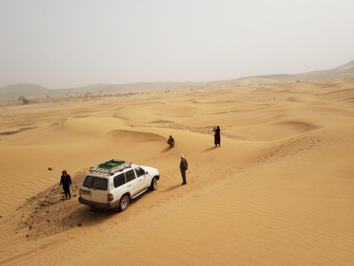 Lors de tous les déplacements en dehors de la ville, les étrangers sont accompagnés d'une ou deux voitures de gendarmerie.
