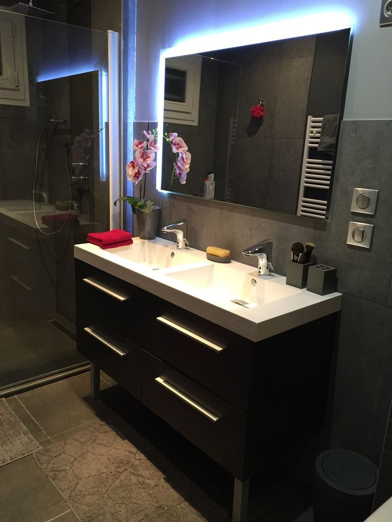 salle de bain gris et rose fushia