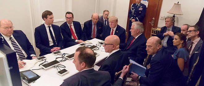 Donald Trump, entouré de ses proches collaborateurs, écoute un briefing de l'état-major après les frappes américaines en Syrie, le 7 avril 2017. Source : AFP/ WHITE HOUSE