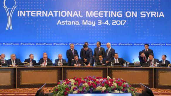 Signature du mémorandum établissant les zones de désescalade lors du quatrième cycle des négociations pour la paix en Syrie, à Astana, Kazakhstan, le 4 mai 2017. Aliia Raimbekova/Anadolu Agency/Getty Images.