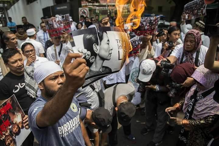 Un islamiste indonésien brule une photo d'Aung San Suu Kyi lors d'une manifestation devant l'ambassade de Birmanie à Jakarta le 2 septembre 2017