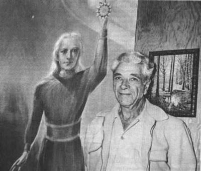 Geoge Adamsky himself avec une représentation d'un être Vénusien