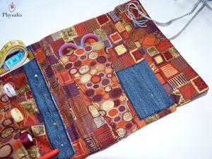 Première version de la pochette à nécessaire de couture, motif coloré, tons bordeaux.