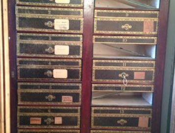 Restauration des tiroirs d'un cartonnier du 19e, avec conservation des éléments d'origine.