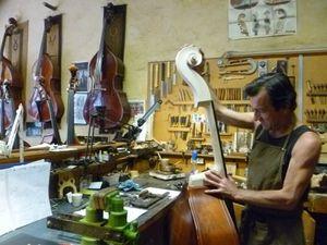 """Bruno Brette, luthier de contrebasses, et sa boutique atelier """"Paris Contrebasses"""", rue de Rome."""