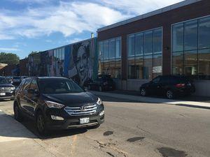 Photos prises à Queen Street East, on peut voir la Tour CN. Il y a des bibliothèques gratuites dans les rues. Les 2 dernières photos sont les studios de Shaftesbury