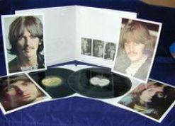 L'album blanc des Beatles... contient quatre photos grand format, un poster dépliable, deux disques et une pochette-livret numérotée