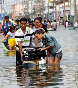 des-habitants-transportent-des-biens-qu-ils-ont-evacues-de-.jpg
