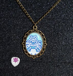 collier cabochon motif tissu bleu