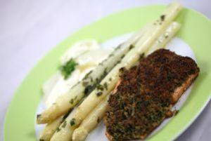 Kräuter-Lachs-Steak mit Spargelmousse und mariniertem Spargel