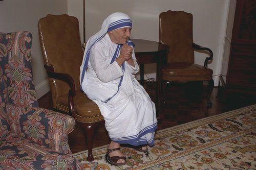 Mother-Teresa-visits-Atlanta-at-Sacred-Heart-Church-by-Lind