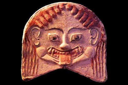 751c5 Musée d'Erétrie, antéfixe en tête de Gorgone