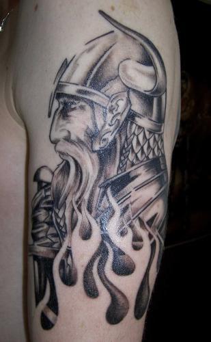 Pour finir, ce majestueux guerrier viking posant devant un flaming.