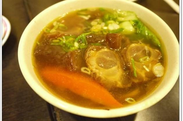 台北士林 大嘴巴牛肉麵~蘿蔔熬煮的清甜湯頭