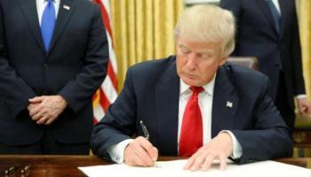 Resultado de imagen para foto de trump firmando orden ejecutiva