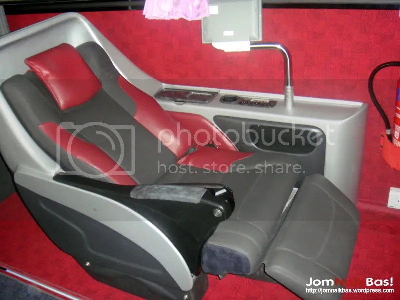 The red Platinum Deluxe seat in a reclined position. These seats are estimated to be at least 5 cm wider than the normal Platinum seats.