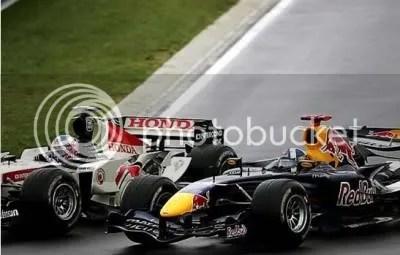 Button gaat, in zijn opmars, David Coulthard voorbij.