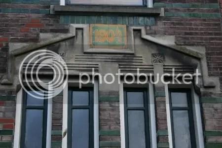 Het bouwjaar staat vermeld boven de voordeur(en)