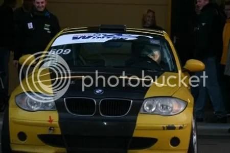 Theresia rijdt de box uit voor haar debuut met de BMW 120D.