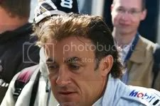 Jean Alesi op weg naar de pitbox, vrijdagmiddag