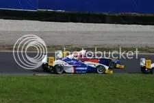 Natacha Gachnang buitenom voorbij aan Marco Idili, Formule BMW, race, zaterdag
