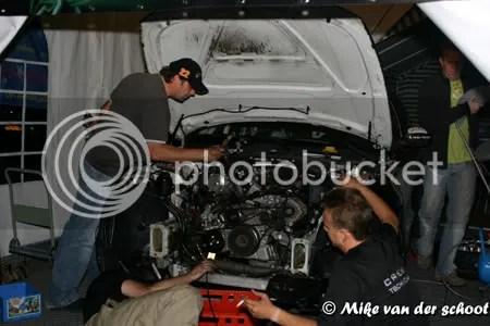 Met behulp van Jeroen werd tot 1 uur 's nachts gewerkt om de oude motor uit te bouwen.
