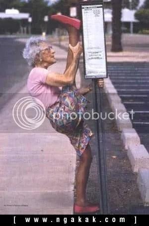 10 Perilaku Aneh Nenek-nenek Masa Kini