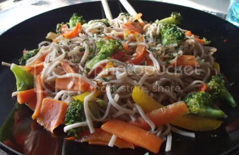 broccoli red bell pepper soba 01