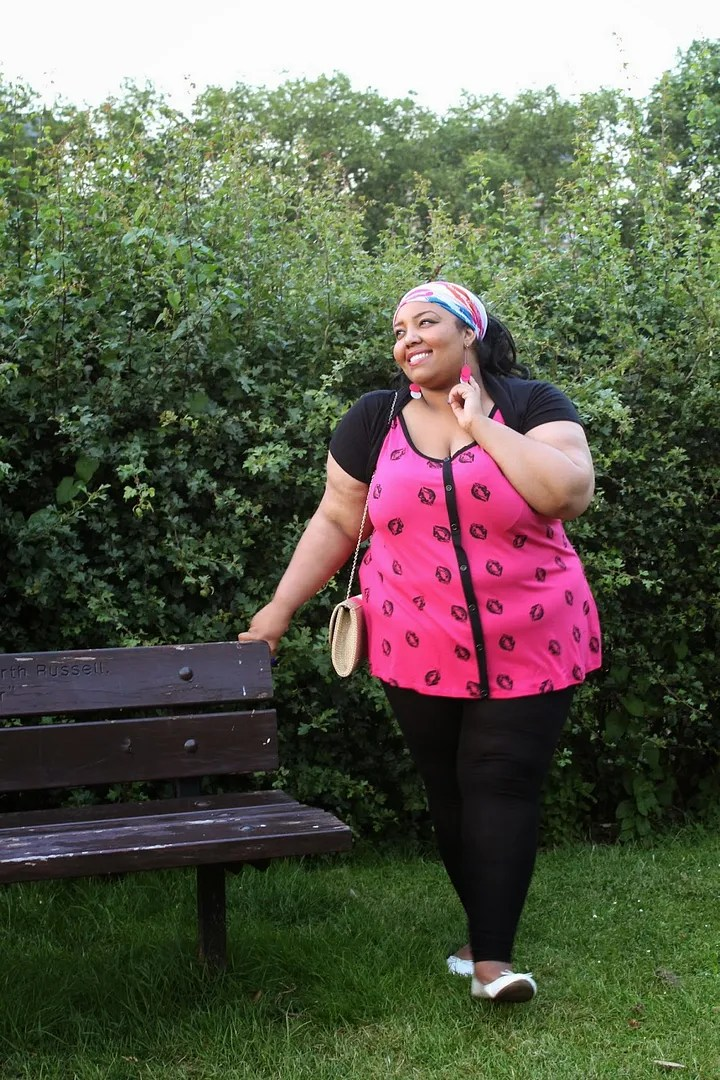 plus size outfit pink top and black leggings