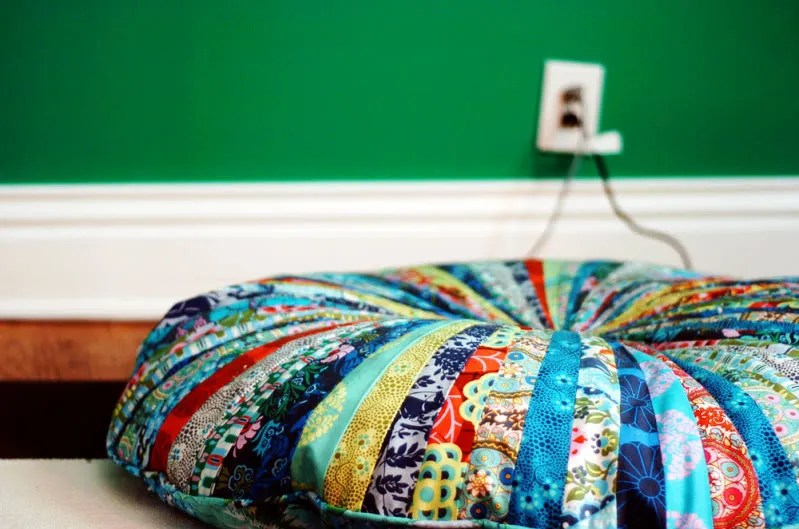 Pattern review: Jelly Roll floor pillows   Green apples
