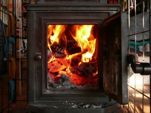 薪ストーブの中で真っ赤に燃えている薪