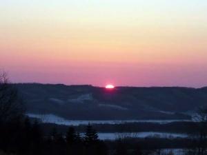 東の空に陽が昇る