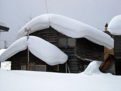 雪に埋もれた家屋