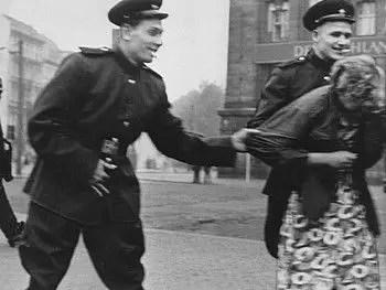La violación continúa. Están en todas partes, en todos los hogares. Nosotros servimos a los rusos ahora. Y las mujeres tendremos que guardar silencio. O ningún hombre querrá volver a tocarnos. ¡Maldita sea!