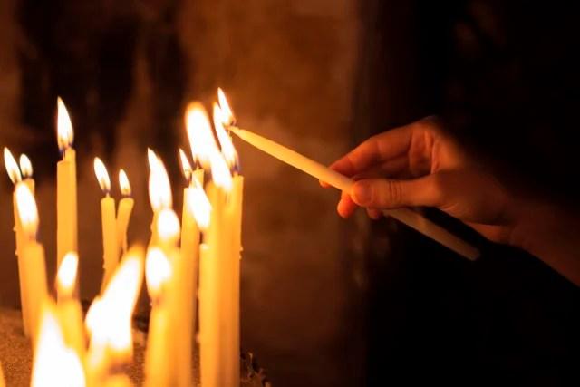 El fuego representa la eterna luz y la divinidad, los zoroastristas realizan sus rezos frente a las llamas en representación de la justicia.