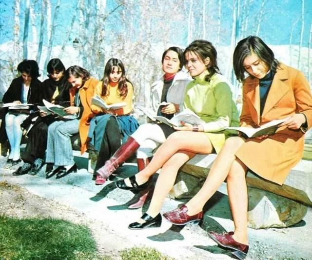 Estudiantes de la Universidad de Teherán, en un parque (1971).