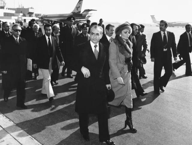 El sha de Persia, Reza Pahlaví, en el aeropuerto de Teherán junto a su esposa.