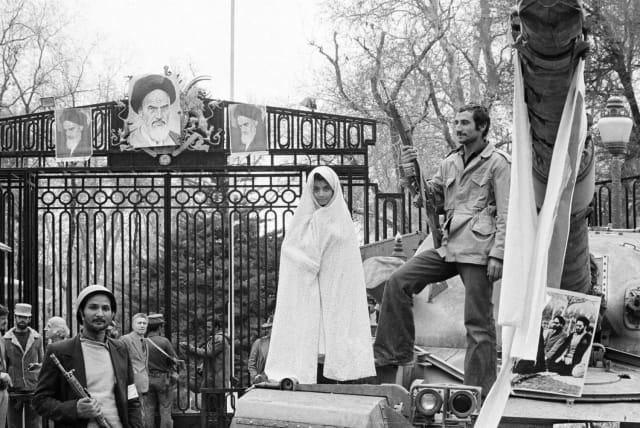 Una manifestación frente al palacio de Teherán donde residía el sha, Reza Pahlaví (1979).