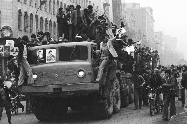 Decenas de manifestantes montan en un camión militar en la capital de Irán (17 de enero de 1979).