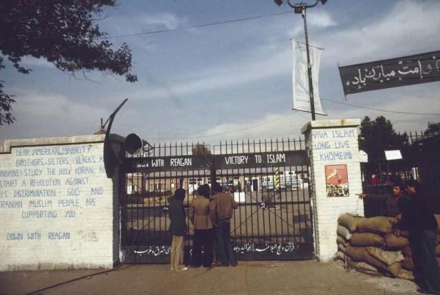 Pintada contra la discriminación en EEUU y contra el Gobierno de Ronald Reagan a la entrada de la Embajada de EEUU en Teherán.