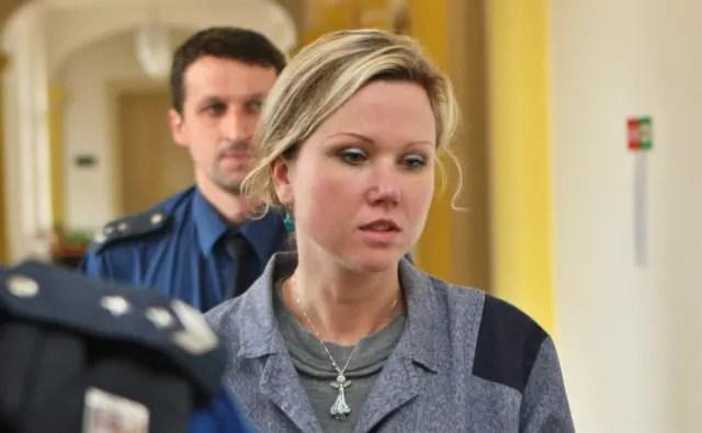 Klara Mauerova siendo llevada a juicio.-