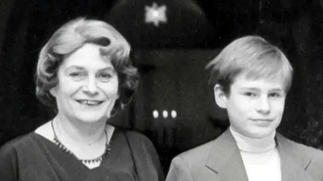 Un joven Armin Meiwes junto a su madre.-