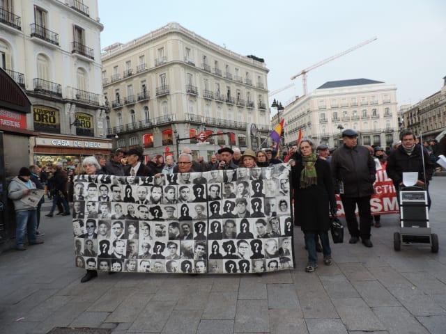 Manifestación de la Asociación para la Recuperación de la Memoria Histórica de España en la plaza del Sol de Madrid